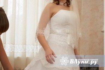 продам свадебное платье 44 р. рост 150-160 в хорошем состоянии,куплено в салоне города Пскова.цена договорная.