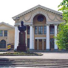 Бюст К.К.Рокоссовского на фоне Великолукского драматического театра