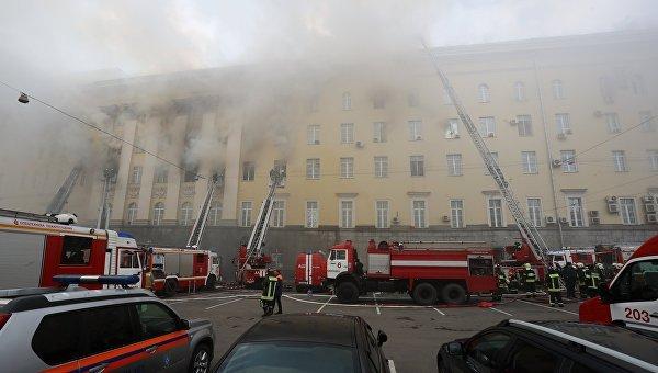 Наивысшую степень трудности присвоили пожару вмногоэтажном здании минобороны в столице России; имеется пострадавший